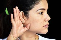 Enfermeira fêmea bonito Hearing Wearing Scrubs fotografia de stock royalty free