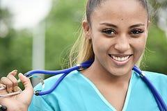 Enfermeira fêmea latino-americano de sorriso foto de stock royalty free