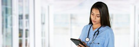 Enfermeira fêmea latino-americano nova imagem de stock royalty free