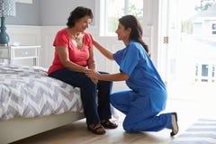 Enfermeira Making Home Visit à mulher latino-americano superior imagem de stock