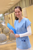 Enfermeira no hospital que está com arquivo paciente Foto de Stock