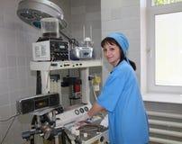 Enfermeira no quarto de funcionamento Imagens de Stock
