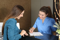 Enfermeira ou dentista que atendem a um cliente imagem de stock