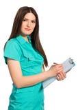 Enfermeira ou doutor novo no uniforme com escrita da prancheta Imagens de Stock