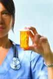 A enfermeira prende comprimidos da prescrição Fotografia de Stock Royalty Free