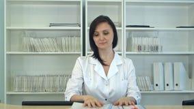 Enfermeira que classifica arquivos pacientes na recepção do hospital fotografia de stock royalty free