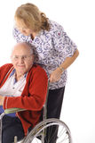 Enfermeira que empurra o homem idoso Fotografia de Stock Royalty Free