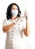 Enfermeira que guarda a seringa Fotografia de Stock Royalty Free