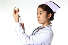 Enfermeira que guardara a seringa Imagem de Stock