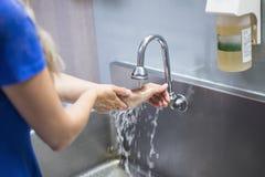 Enfermeira que lava suas mãos em um hospital imagens de stock
