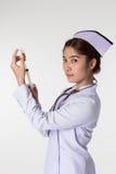 Enfermeira que prepara uma vacinação imagens de stock royalty free
