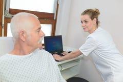 Enfermeira que tem a conversação com paciente limitado imagem de stock