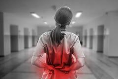 Enfermeira que toca no ferimento para trás em preto e branco imagens de stock