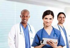 Enfermeira que usa uma tabuleta digital fotos de stock