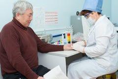 A enfermeira toma o espécime do sangue para o teste Imagens de Stock