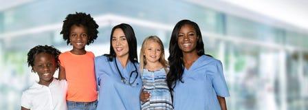 Enfermeiras com crianças fotos de stock