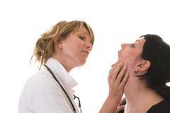 Enfermeiras que verific para fora as notas Foto de Stock
