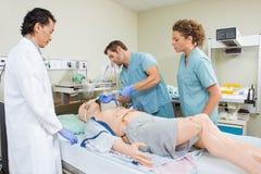 Enfermera Adjusting Endotracheal Tube en el paciente simulado Fotos de archivo libres de regalías