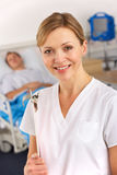 Enfermera americana que trabaja en sala de hospital imagen de archivo