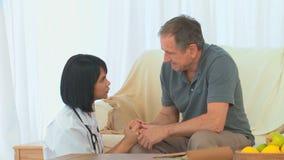 Enfermera asiática que habla con su paciente almacen de video