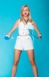 Enfermera atractiva divertida del doctor de la muchacha con el estetoscopio de la jeringuilla Fotografía de archivo