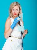 Enfermera atractiva divertida del doctor de la muchacha con el estetoscopio de la jeringuilla Imagen de archivo libre de regalías