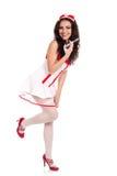 Enfermera atractiva feliz que sostiene una jeringuilla Foto de archivo