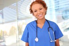 Enfermera bastante africana en el hospital fotografía de archivo libre de regalías