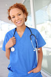 Enfermera bastante africana en el hospital imagenes de archivo