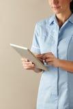 Enfermera BRITÁNICA que usa la tablilla del ordenador Imagenes de archivo