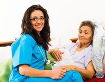 Enfermera Caring para más viejos pacientes foto de archivo