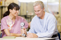 Enfermera con el paciente en la rehabilitación Imagenes de archivo