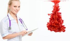 Enfermera con el panel táctil Exámenes médicos Imagen de archivo