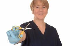 Enfermera con el par de tijeras Foto de archivo libre de regalías
