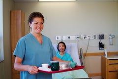 Enfermera con la bandeja de la comida Fotografía de archivo