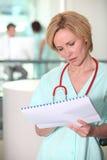 Enfermera con la carta de pacientes Imagen de archivo