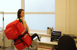 Enfermera con la gran mochila médica Imagenes de archivo