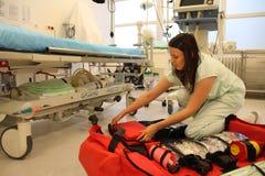 Enfermera con la gran mochila médica Fotos de archivo