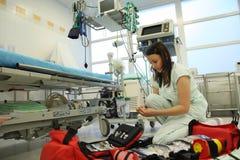 Enfermera con la gran mochila médica Foto de archivo libre de regalías