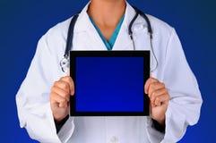 Enfermera con la tableta en blanco Imágenes de archivo libres de regalías