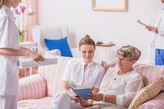 Enfermera, cuidador y paciente mayor Fotografía de archivo libre de regalías