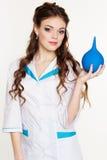 Enfermera de la chica joven con el lavement azul en manos Imagen de archivo
