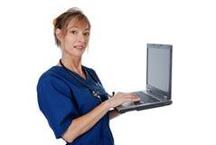 Enfermera de la Edad Media con con una computadora portátil Imagen de archivo libre de regalías