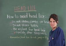 Enfermera de la escuela y piojos principales Imagen de archivo