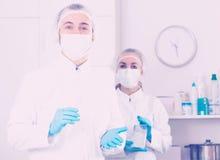 Enfermera de la mujer joven y doctor del varón imagen de archivo