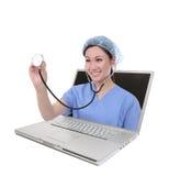 Enfermera de la mujer y ordenador de Latop fotografía de archivo libre de regalías