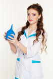 Enfermera de los jóvenes con el lavement azul en manos Fotografía de archivo libre de regalías