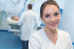 Enfermera de los jóvenes del retrato en hospital Foto de archivo