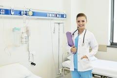 Enfermera de sexo femenino atractiva joven del doctor foto de archivo libre de regalías
