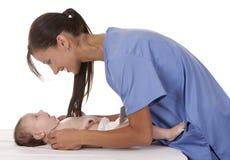 Enfermera de sexo femenino con el bebé Imagen de archivo libre de regalías